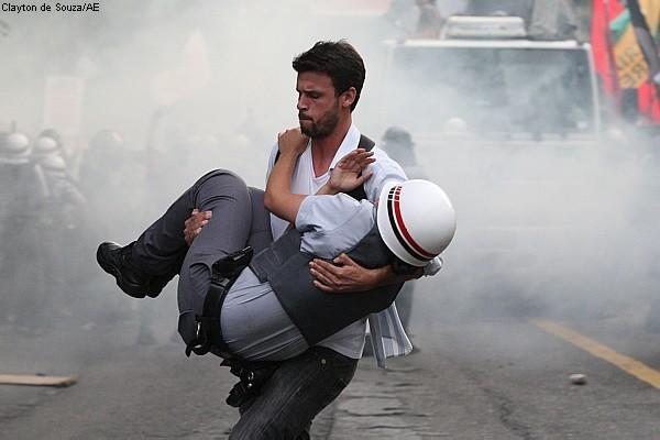 Professor socorrendo policial ferido